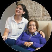 Escena ACP en la que una profesional acompaña a una mujer mayor