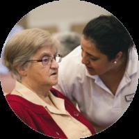 Escena ACP en la que una profesional habla con una mujer mayor